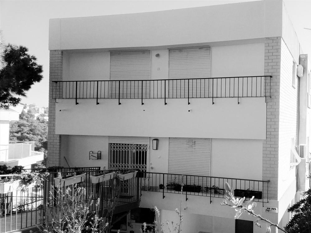 נוף, נוף: דירה בחיפה, בבניין דו משפחתי בחלק העליון של כרמליה