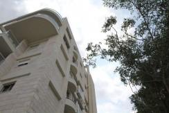 למכירה בבלעדיות, במרכז כרמליה – במפלס אחד 5.5 חדרים מרווחת במיוחד.