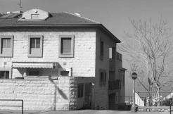 למכירה הכי מרכזית שיש! צמודה לחורב, שלושה חדרים עם נגישות מלאה וחניה מקורה.